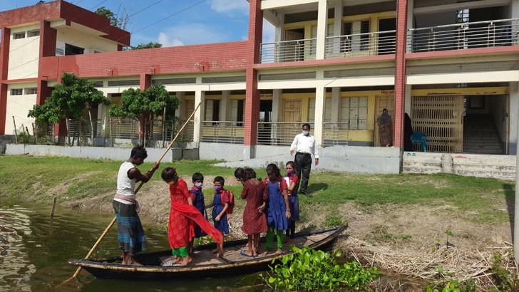 নৌকায় করে চাটমোহর উপজেলার টেংগরজানি সরকারি প্রাথমিক বিদ্যালয়ে যাচ্ছে শিক্ষার্থীরা। ছবি: পবিত্র তালুকদার