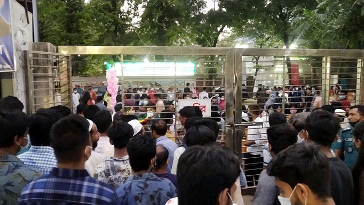 অমর একুশে বইমেলায় শুক্রবার প্রবেশের অপেক্ষায় ক্রেতা-দর্শনার্থীরা। করোনা সংক্রমণ বাড়লেও সচেতনতার বালাই নেই