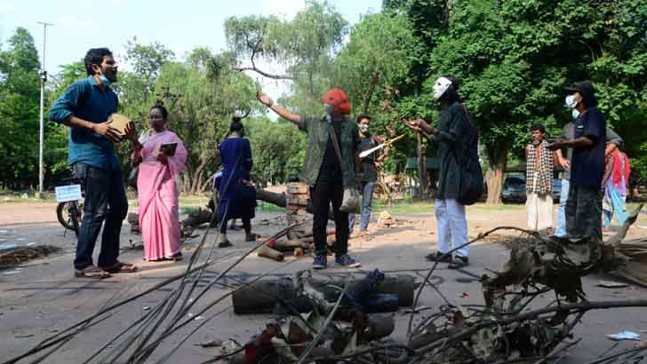 রাজধানীর সোহরাওয়ার্দী উদ্যানের গাছ কাটার প্রতিবাদে শুক্রবার সাংস্কৃতিক কর্মীদের প্রতিবাদ