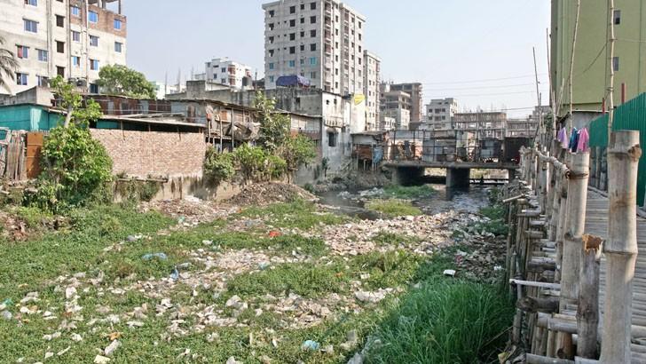 আবর্জনায় ভরে আছে রাজধানীর আদাবর কমফোর্ট হাউজিং সংলগ্ন খাল। এ রকম অনেক খাল এখনো বর্জ্যমুক্ত করা হয়নি। রোববার তোলা ছবি