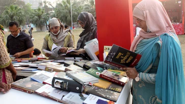 সোহরাওয়ার্দী উদ্যানে অমর একুশে বইমেলার প্রথম দিন বৃহস্পতিবার একটি স্টলে বইপ্রেমীরা
