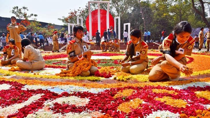 মহান শহিদ ও আন্তর্জাতিক মাতৃভাষা দিবসে রোববার কেন্দ্রীয় শহিদ মিনারে শ্রদ্ধার ফুল দিয়ে আলপনা আঁকছেন বিএনসিসির সদস্যরা