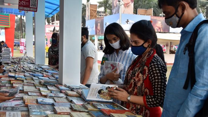 বাংলা একাডেমিতে একুশে বইমেলার তৃতীয় দিন রোববার পছন্দের বই খুঁজছেন বইপ্রেমীরা