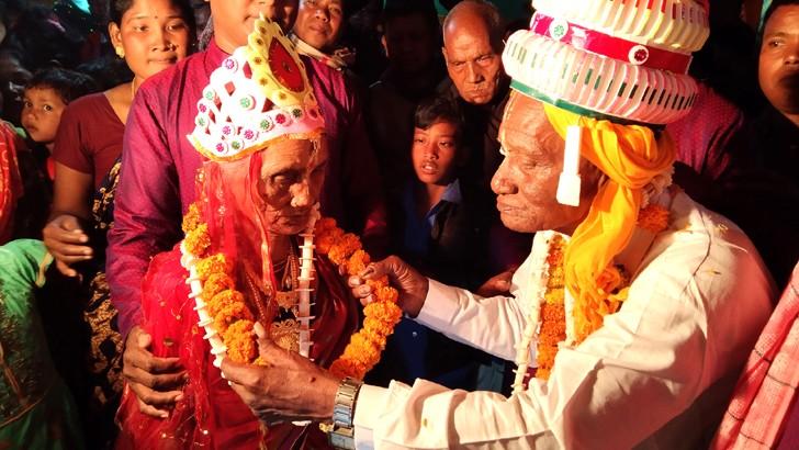 দিনাজপুরের বিরল উপজেলায় রোববার রাতে বিয়ের পিঁড়িতে ১০৭ বছর বয়সের বৈদ্যনাথ দেবশর্মা ও শতবর্ষী পঞ্চবালা দেবশর্মা