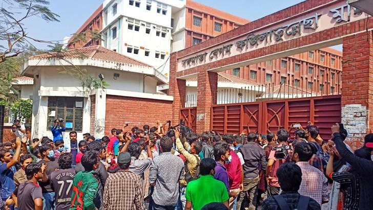 জাহাঙ্গীরনগর বিশ্ববিদ্যালয়ে শিক্ষার্থীরা সোমবার বঙ্গমাতা বেগম ফজিলাতুন্নেসা মুজিব হলের তালা ভাঙছেন