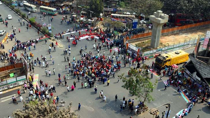 সাত দফা দাবিতে মঙ্গলবার রাজধানীর শাহবাগ মোড় অবরোধ করে বাংলাদেশ মুক্তিযোদ্ধা সন্তান সংসদ