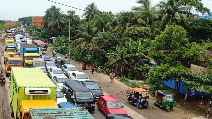 যানজটে স্থবির ঢাকা-চট্টগ্রাম মহাসড়ক। কুমিল্লার দাউদকান্দির শহীদনগর থেকে বুধবার তোলা ছবি
