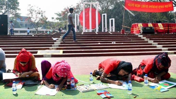 কেন্দ্রীয় শহীদ মিনারে শুক্রবার 'এসো রক্তে জেতা বর্ণমালা সুন্দর করে লিখি' প্রতিযোগিতায় অংশ নেওয়া শিশুরা