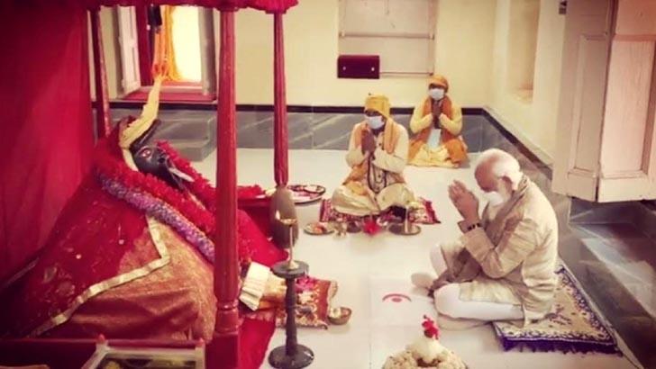 সাতক্ষীরার শ্যামনগরের যশোরেশ্বরী কালীমন্দিরে প্রার্থনারত ভারতের প্রধানমন্ত্রী নরেন্দ্র মোদি। শনিবারের ছবি